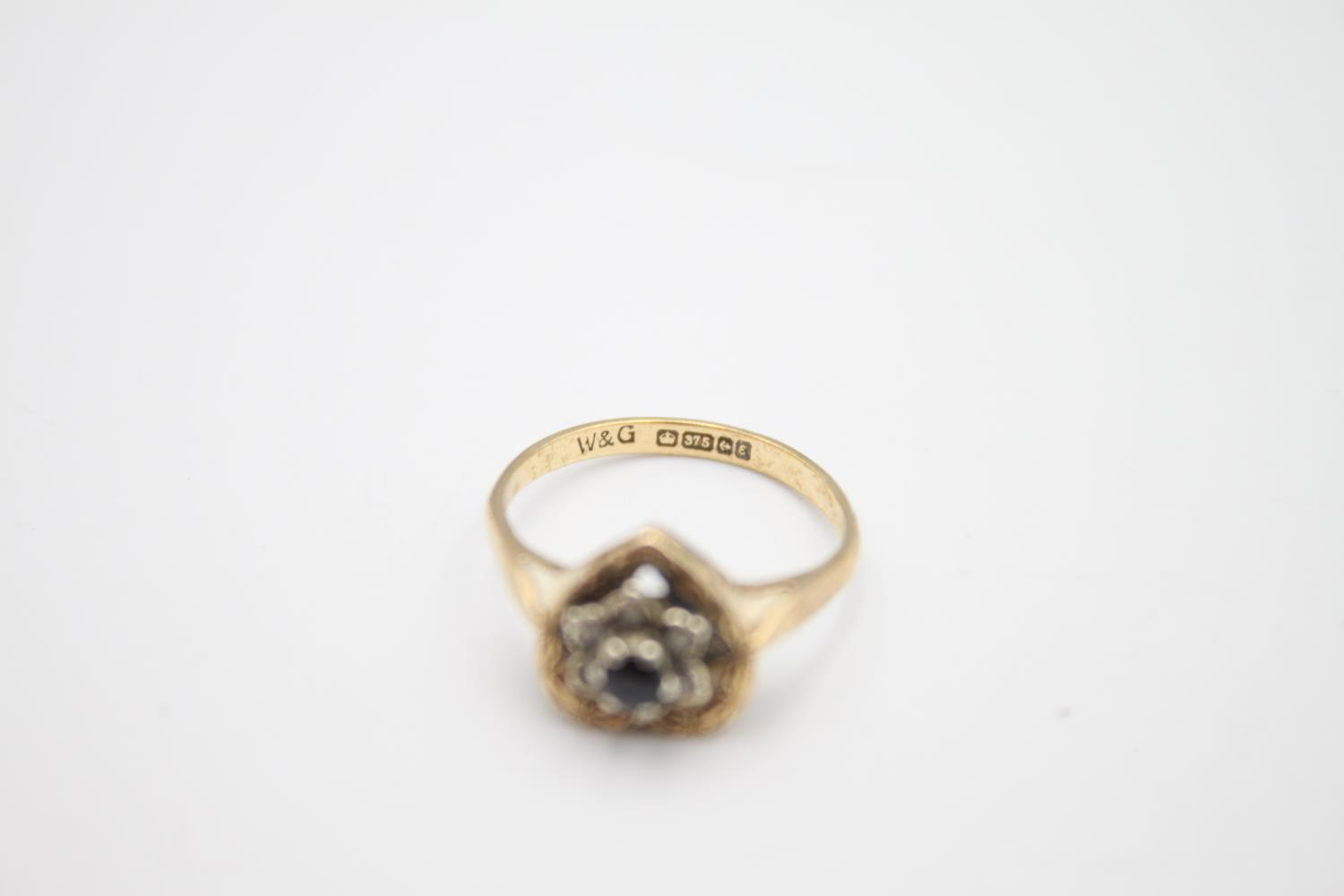 9ct gold diamond sapphire cluster ring 2.7g Size L - Image 2 of 4