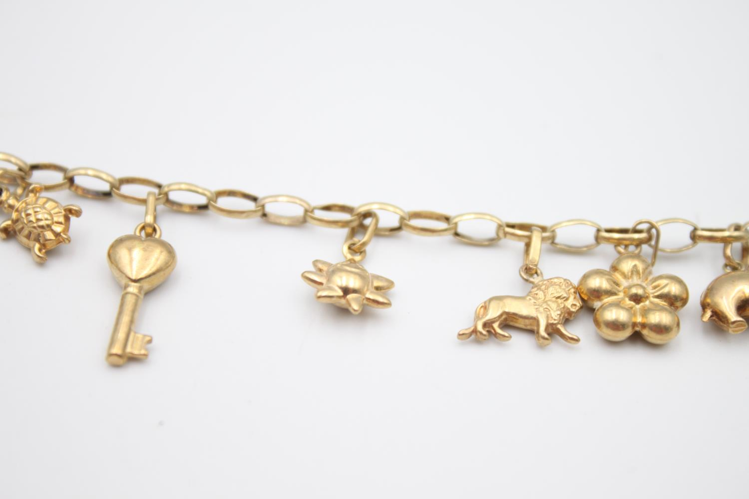 vintage 9ct gold rolo link charm bracelet with a variety of charms 5.7g - Image 5 of 7