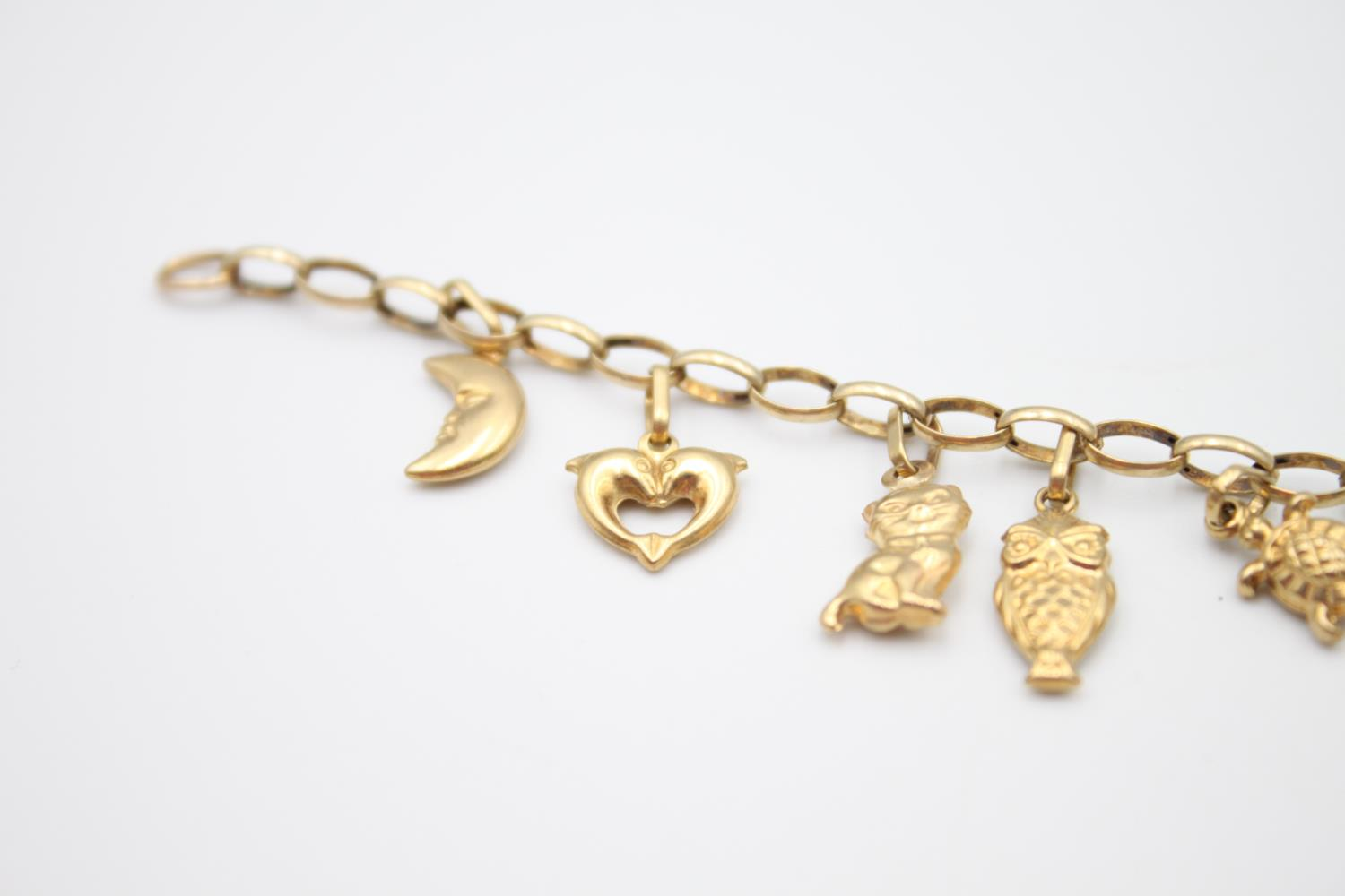 vintage 9ct gold rolo link charm bracelet with a variety of charms 5.7g - Image 2 of 7