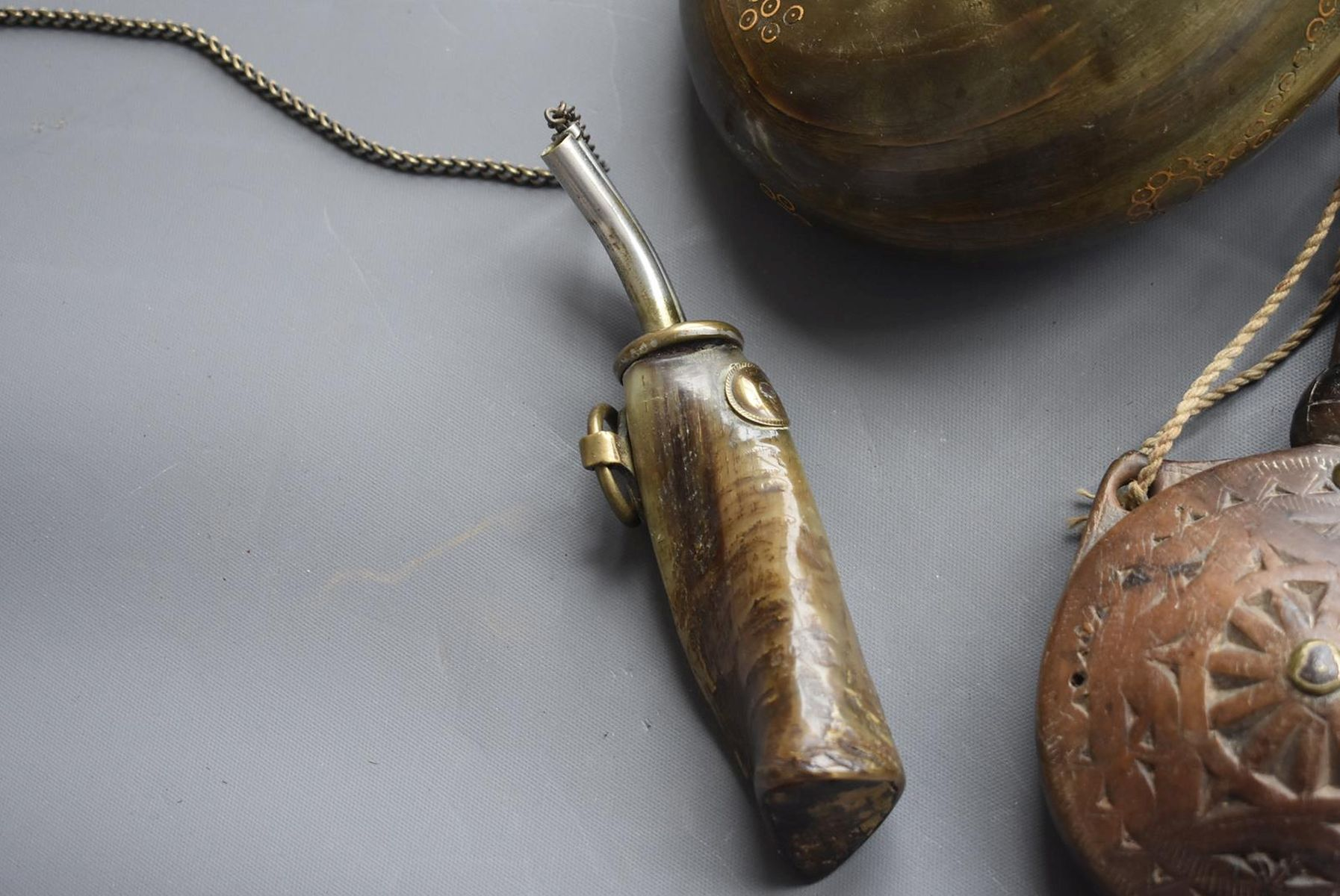 A 19TH CENTURY OTTOMAN POWDER HORN, of characteristic curling form, together with another similar - Image 5 of 8