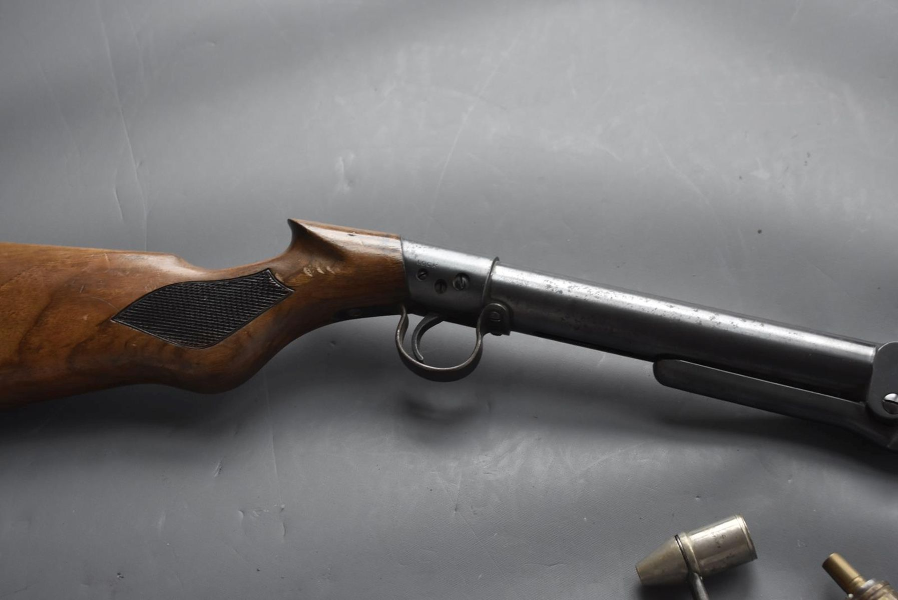 AN ANTIQUE .177 CALIBRE BSA UNDERLEVER LIGHT AIR RIFLE, 17.25inch barrel, the top of the reservoir - Image 4 of 12