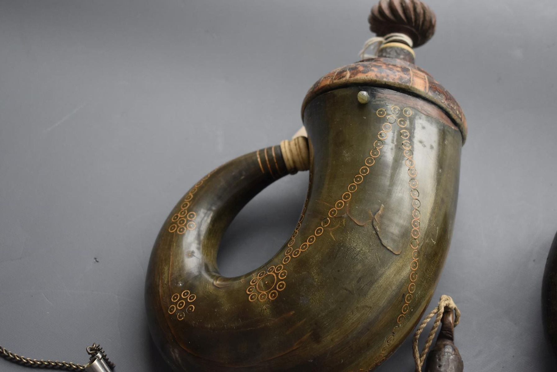 A 19TH CENTURY OTTOMAN POWDER HORN, of characteristic curling form, together with another similar - Image 6 of 8