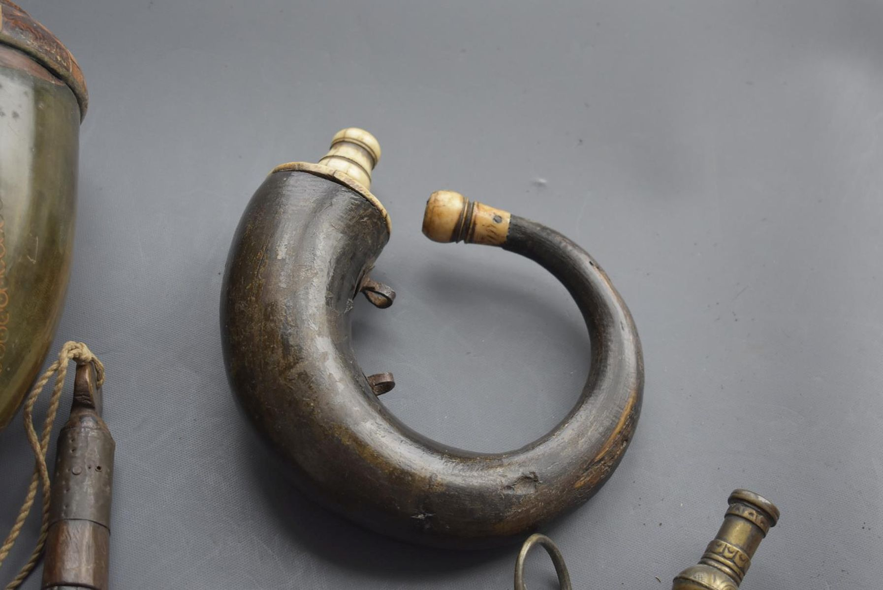 A 19TH CENTURY OTTOMAN POWDER HORN, of characteristic curling form, together with another similar - Image 7 of 8