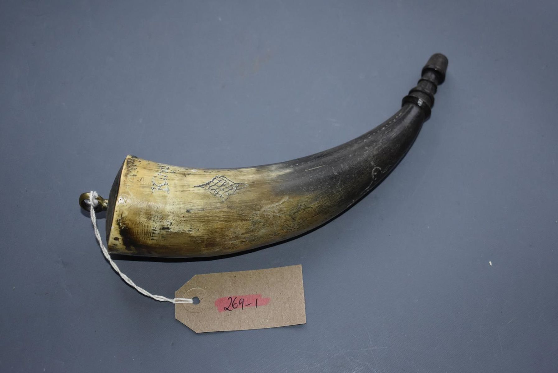 AN 18TH CENTURY KING'S OWN BORDERERS POWDER FLASK, 23cm natural horn body incised KING'S OWN - Image 2 of 9