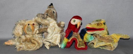 Kinderspielzeug. Steiff. Vier Handpuppen -  Papagei, Eichhörnchen, Hund und Krokodil. Eine Handpuppe
