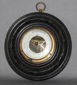 Messinstrument. Historisches rundes Barometer mit Glasabdeckung montiert in dunkelbrauner runder, ve