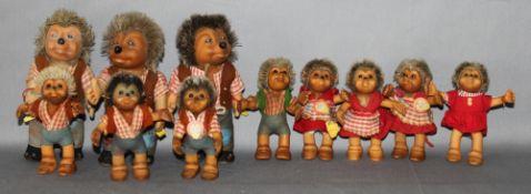 Kinderspielzeug. Steiff. Figurengruppe - drei Figuren Mecki (davon zwei mit Schild), drei Figuren Ma