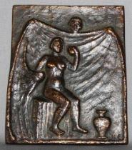Metall. Bronzerelief. Edzard, Kurt. (Badende Frau mit Tuch). Bronzerelief (dunkel patiniert) in der