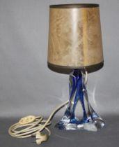 Glas. Frankreich. Cristal. Tischlampe mit Standfuß aus Kristallglas mit blauem Überfang im klassisch