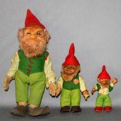 Kinderspielzeug. Steiff. Figurengruppe - drei Figuren Lucki (davon zwei mit Schild). Gefertigt aus v
