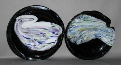 Glas. Italien. Murano. Teller. Zwei unterschiedlich flache, nahezu runde Teller aus schwarzem Glas m