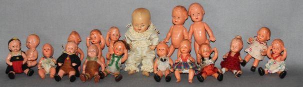 """Kinderspielzeug. """"Babypuppen"""". Sammlung bestehen aus 18 unterschiedlichen kleinen Puppen, größtentei"""