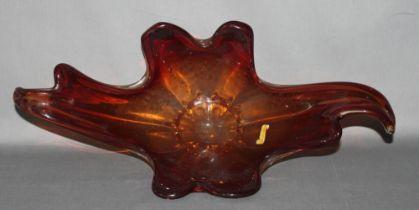 Glas. Italien. Murano. Geschweifte Schale im rotbraunem Glas. Nicht signiert, bezeichnet oder markie