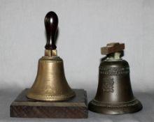 Metall. Bronze. Handglocken. Zwei unterschiedliche kleine Hand- bzw. Tischglocken mit hölzernem Grif