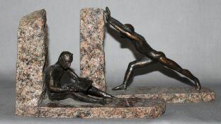 """Metall. Bronze. Skulptur. Stauch, Birgit. """"Der Lesende und der Schiebende"""" ein Paar Buchstützen. Zwe"""