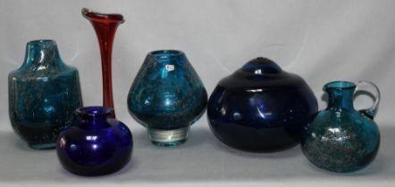 Glas. Schweden. Aseda - Sweden. Vasen. Sammlung mit einem Kugelkrug und sechs Vasen aus bläulichem Ü
