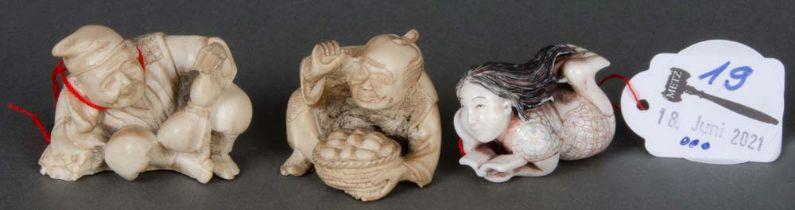 Drei unterschiedliche Netsukes. Japan. Teilw. Elfenbein, geschnitzt, teilw. sign., H=3 bis 4 cm.