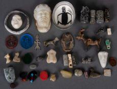 Konvolut unterschiedlicher Artefakte und Ritualobjekte, u.a. Bronzefiguren, Schmucksteine und