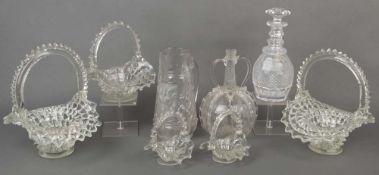 Achttlgs. Glaskonvolut, u.a. Saint Louis 20. Jh. Fünf Henkelkörbchen, zwei Karaffen und eine