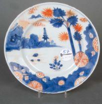 Teller. China Regierungsperiode Kangxi (1662–1722). Porzellan, unterglasurblau und eisenrot