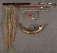 Konvolut indische Zierobjekte, u.a. eine Kamelpeitsche, ein Ritualstab mit Rosshaar, ein