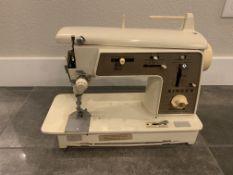 SINGER SEWING MACHINE DELUX ZIG ZAG MODEL 636