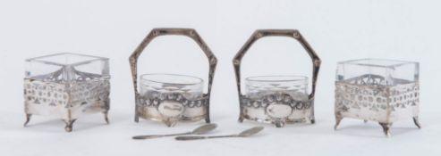 Lotto composto da due ciotoline e due saliere in vetro con supporti in argento 800, due cucchiaini e