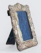 Reynolds & Westwood, Birmingham, 1902. Cornice in argento. In basso reca punzoni: R&W, ancora, leone