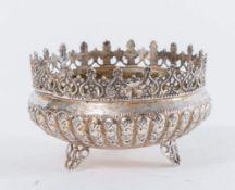 CESTINA Realizzata in argento 800 sbalzato e bucellato con corona alla sommità. Reca punzoni