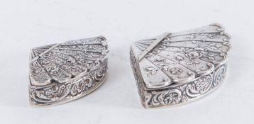 Lotto composto da due scatoline in argento 800 a forma di ventaglio. 1. MENEGATTI F.LLI S.d.f.,