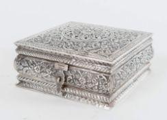 Scatola in argento 800. Sotto la base reca punzone 800. Peso: 739 gr. H. cm 7x15,5x15,3.
