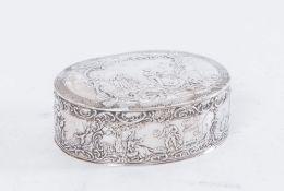 Scatola in argento. Sul bordo interno superiore reca punzoni illeggibili. Peso: 80 gr. Cm 3x7,5x6,