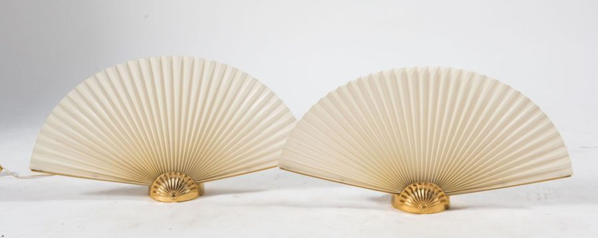 Coppia di lampade da tavolo in metallo e ventaglio in carta. Prod. Italia, 1970 ca. Cm 30x52x11,5.