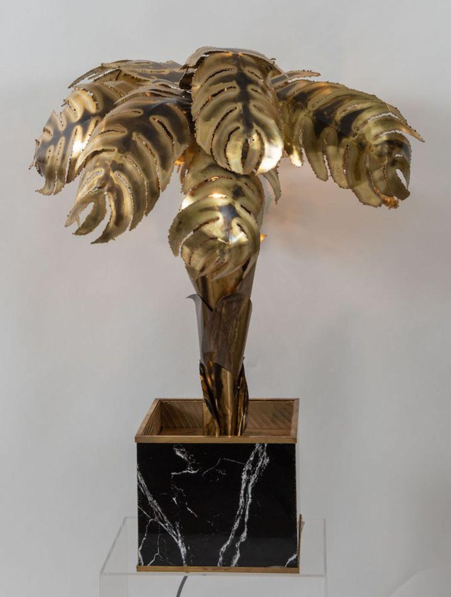MAISON JANSEN, attr. Lampada da terra in ottone lavorato a mano con una base cubica in legno. Prod.  - Bild 3 aus 4