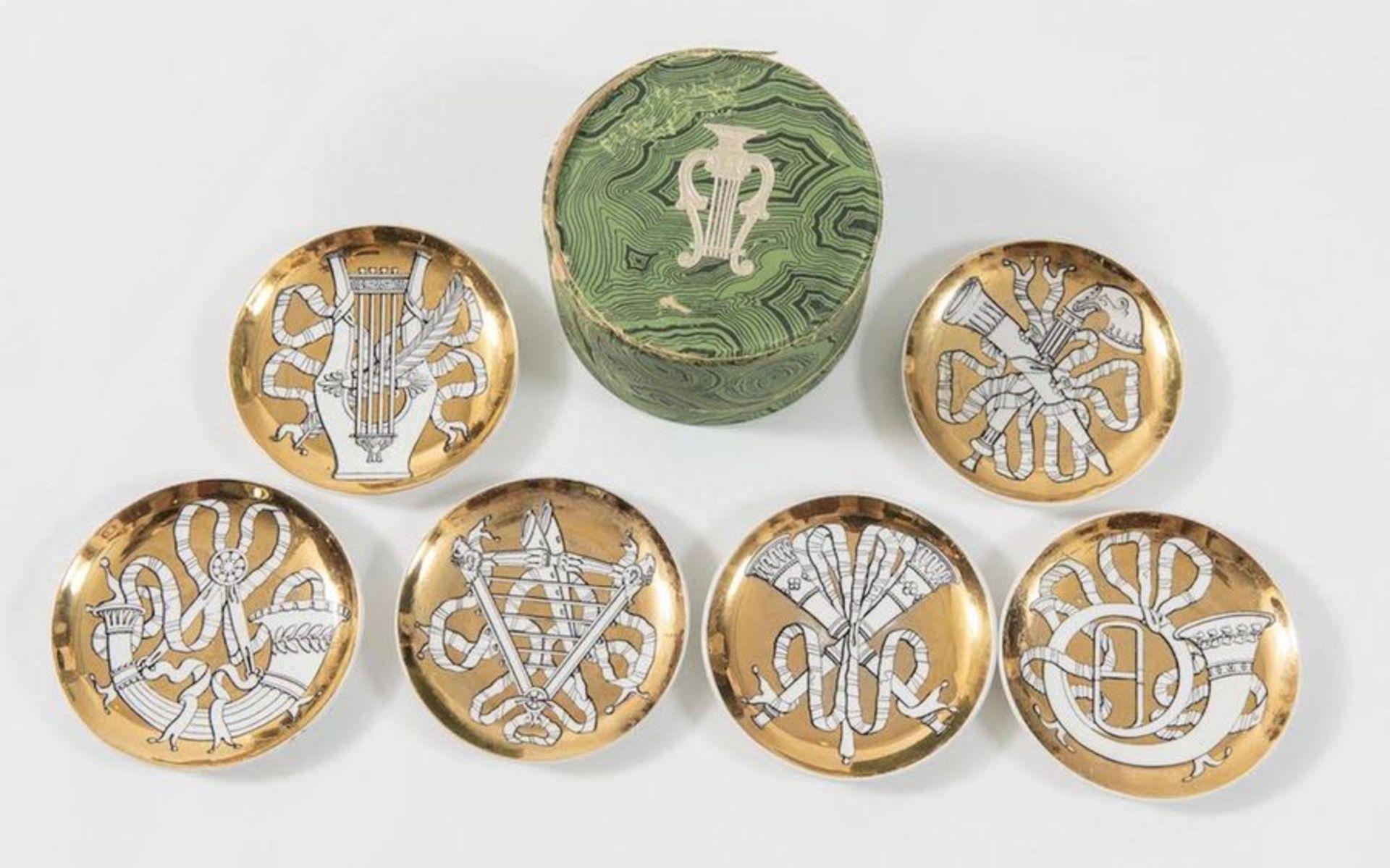 PIERO FORNASETTI Sei piatti in ceramica, dorati, della serie Musicalia; con scatola originale. March