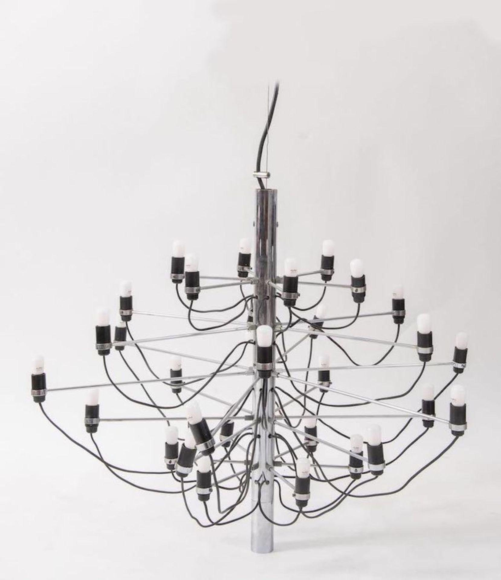 GINO SARFATTI Lampadario in acciaio cromato con portalampade in bachelite modello 2097/30. Prod. Art
