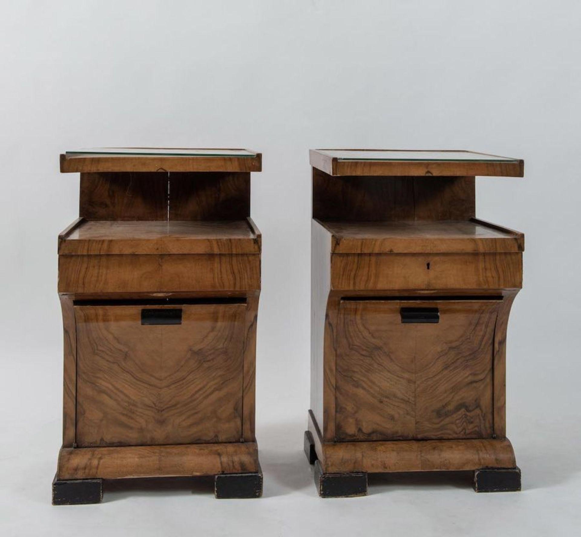 Coppia di comodini in legno con piano in vetro. Prod. Italia, 1940 ca. Cadauno di cm 72x41,5x41,5. - Bild 2 aus 3