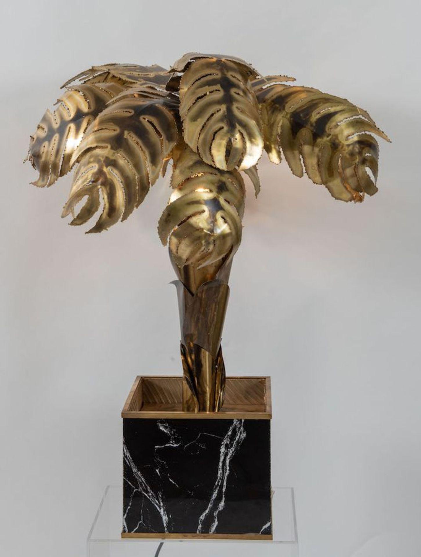 MAISON JANSEN, attr. Lampada da terra in ottone lavorato a mano con una base cubica in legno. Prod.  - Bild 2 aus 4