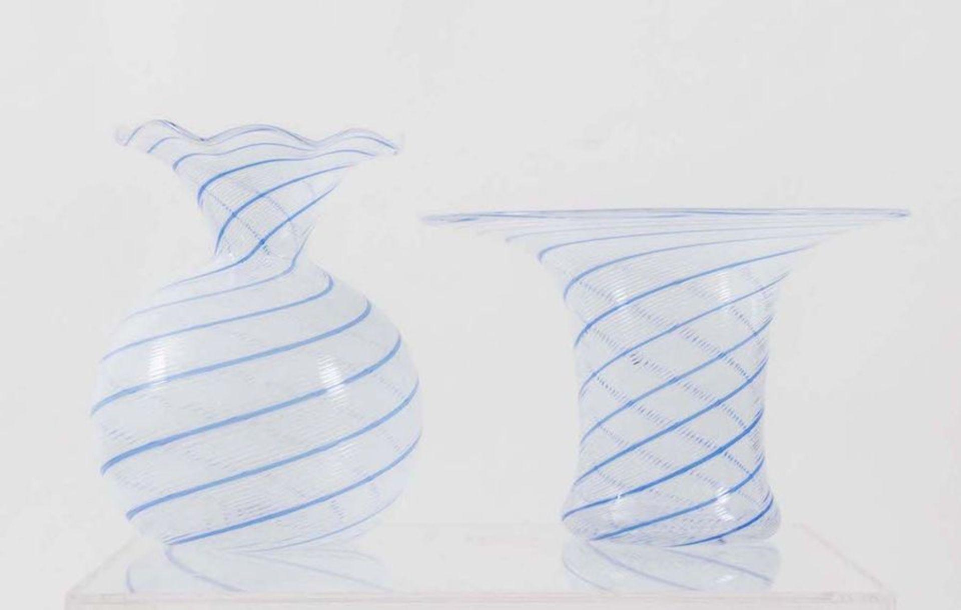 Coppia di vetri in 'filigrana', soffiati a mano. Prod. Italia, 1970 ca. Rispettivamente di cm 24,5x2