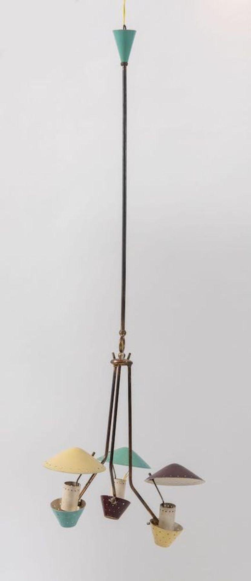Lampadario a tre luci in ottone e metallo. Prod. Italia, 1950 ca. Cm 106x40x40.