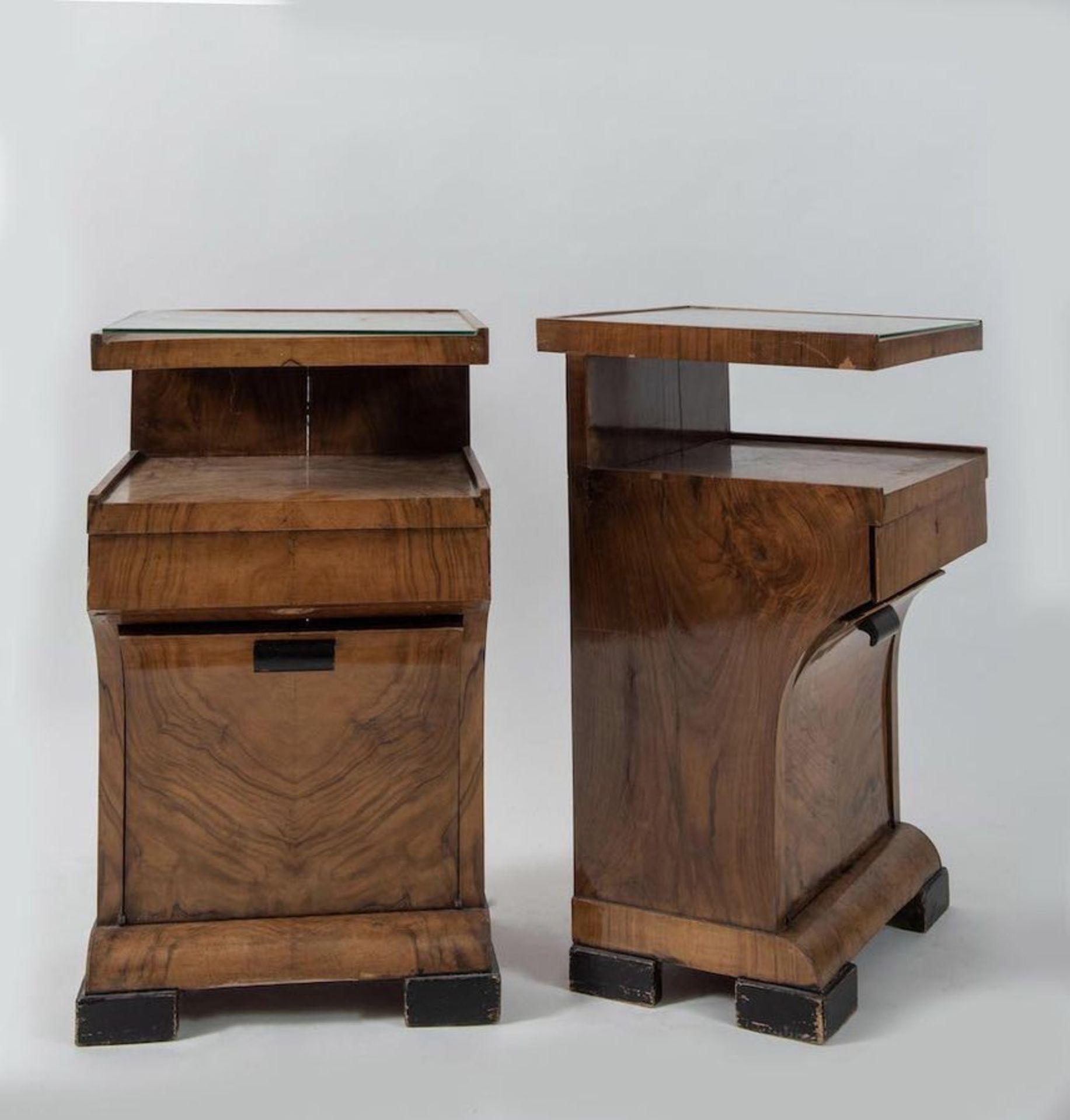 Coppia di comodini in legno con piano in vetro. Prod. Italia, 1940 ca. Cadauno di cm 72x41,5x41,5. - Bild 3 aus 3