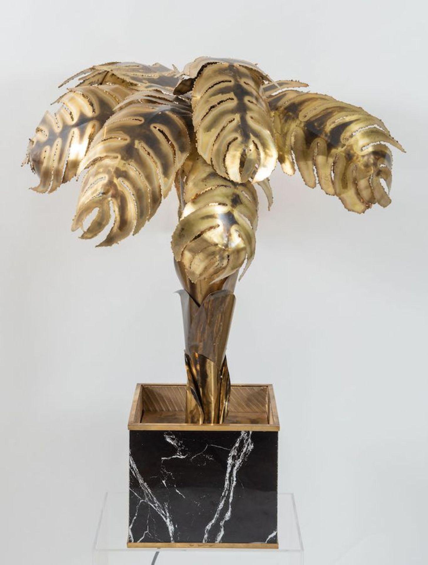 MAISON JANSEN, attr. Lampada da terra in ottone lavorato a mano con una base cubica in legno. Prod.