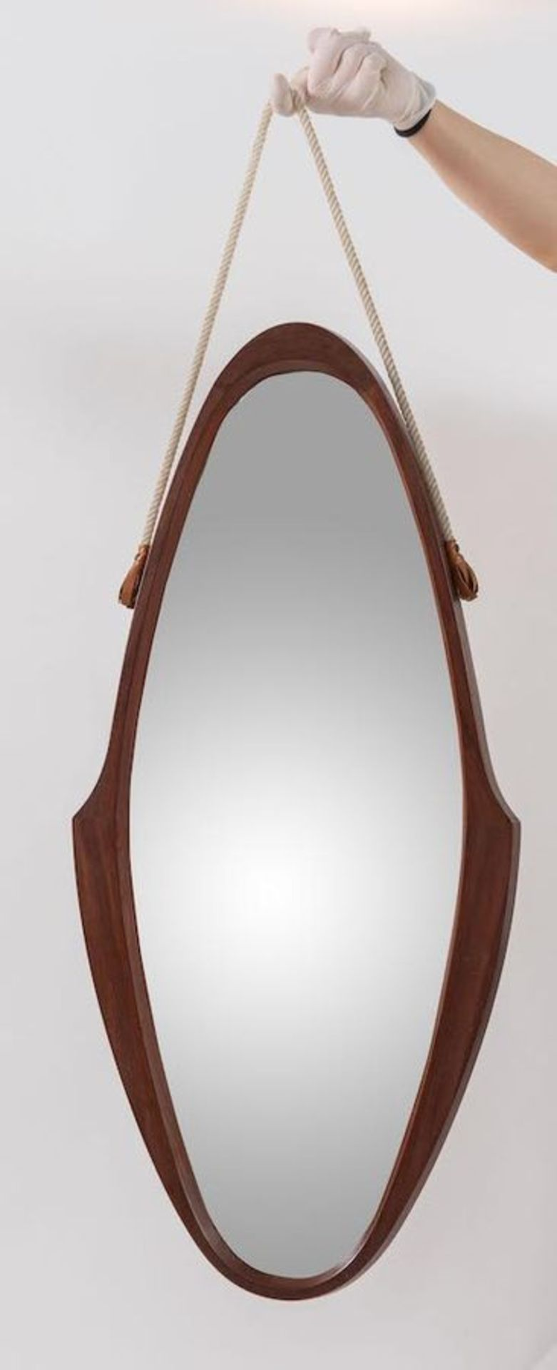 Specchio in teak con corda. Prod. Italia, 1960 ca. Cm 84x38,5x3,5.