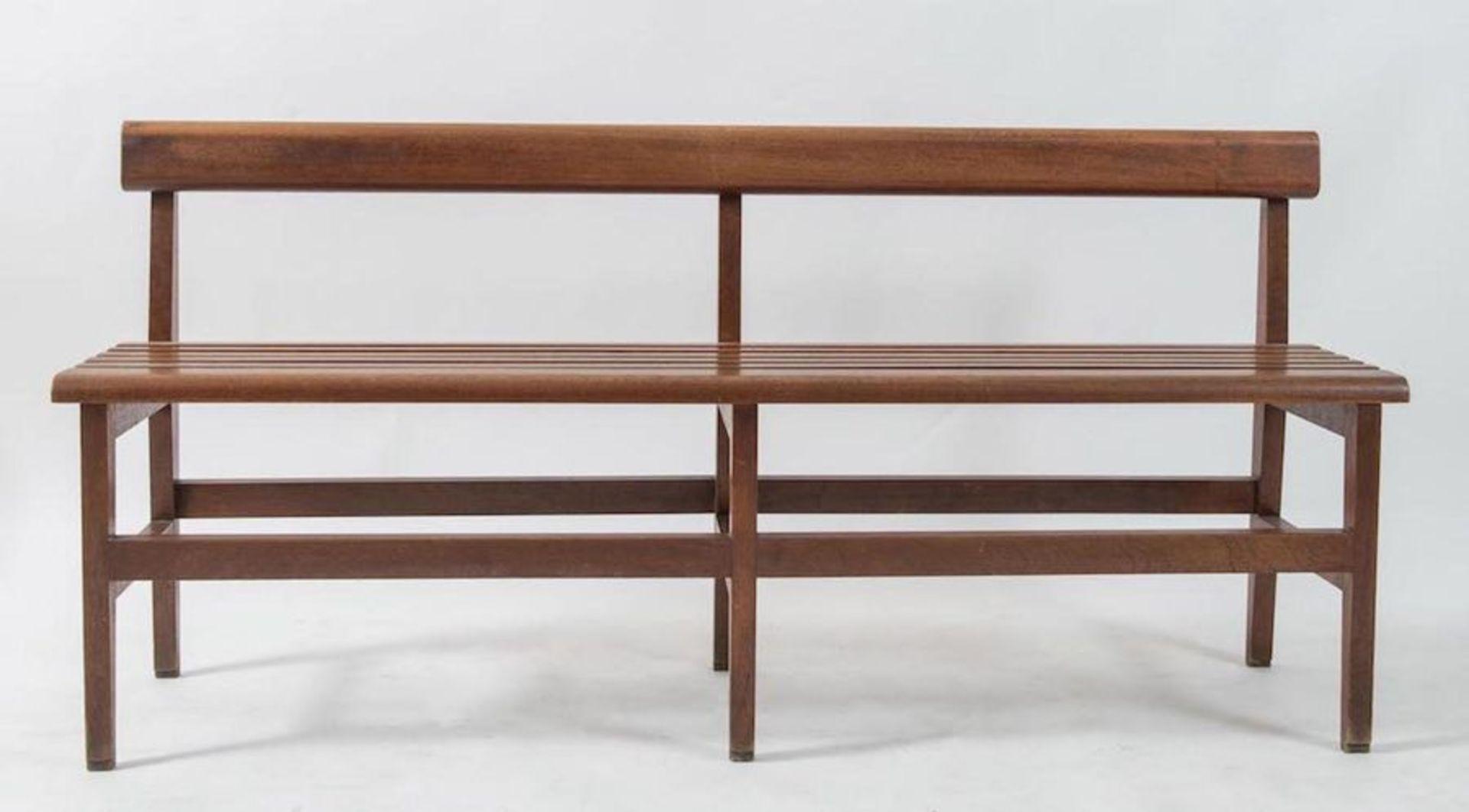 Coppia di panche in legno. Prod. Italia, 1960 ca. Cadauna di cm 70,5x154x34. - Bild 3 aus 3