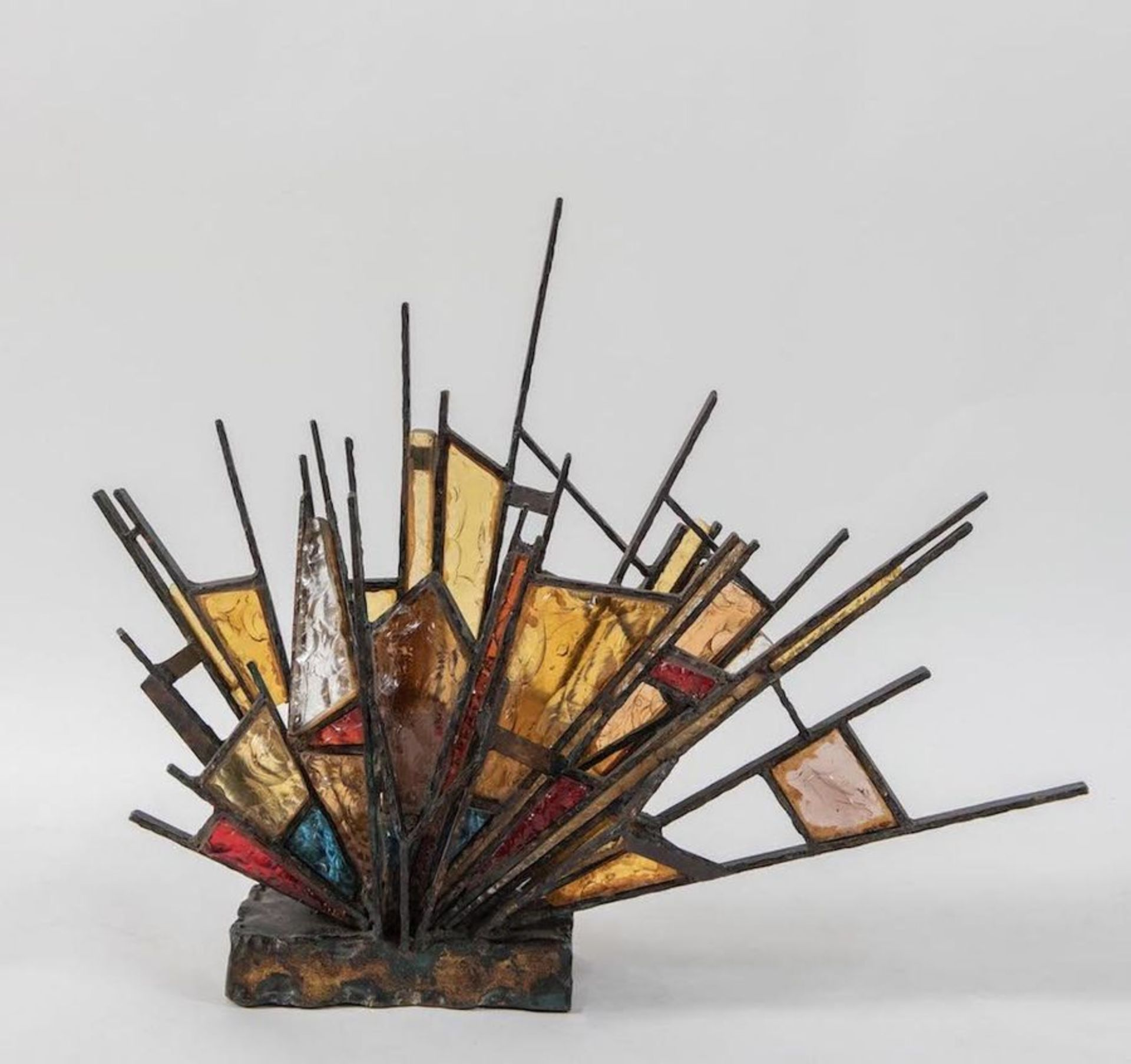 Lampada da tavolo con struttura in bronzo e inserti in vetro colorato. Prod. Italia, 1960 ca. Cm 74x - Bild 2 aus 3