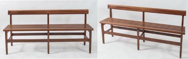 Coppia di panche in legno. Prod. Italia, 1960 ca. Cadauna di cm 70,5x154x34.
