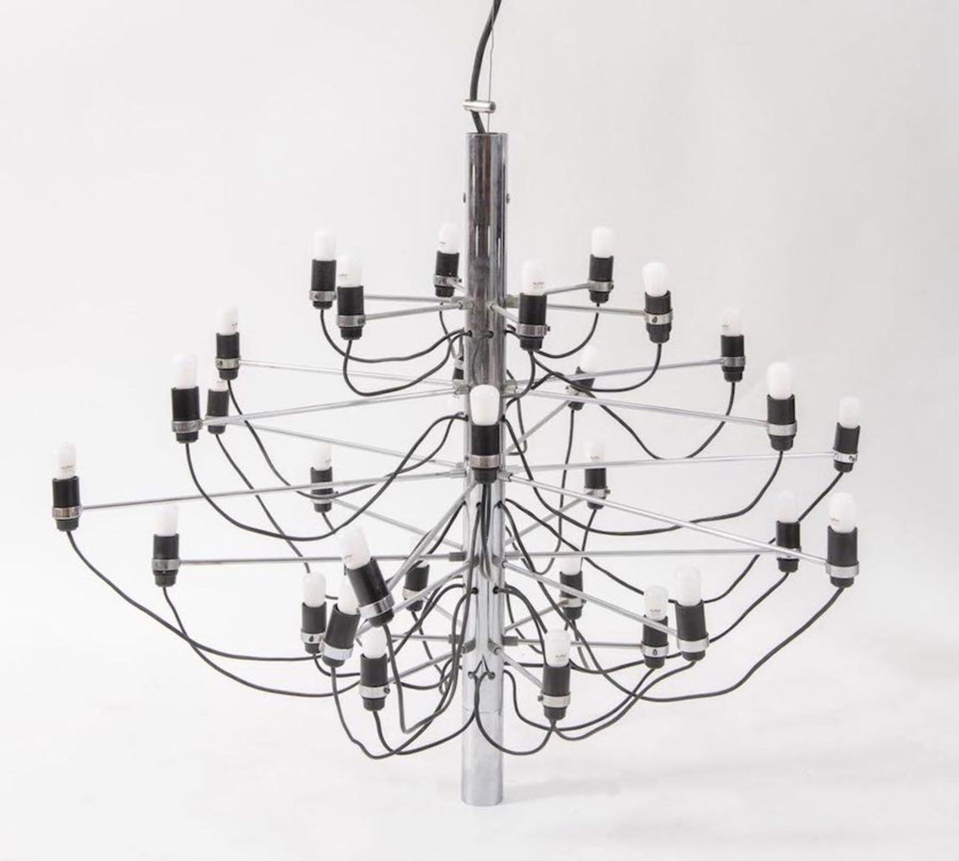 GINO SARFATTI Lampadario in acciaio cromato con portalampade in bachelite modello 2097/30. Prod. Art - Bild 2 aus 2