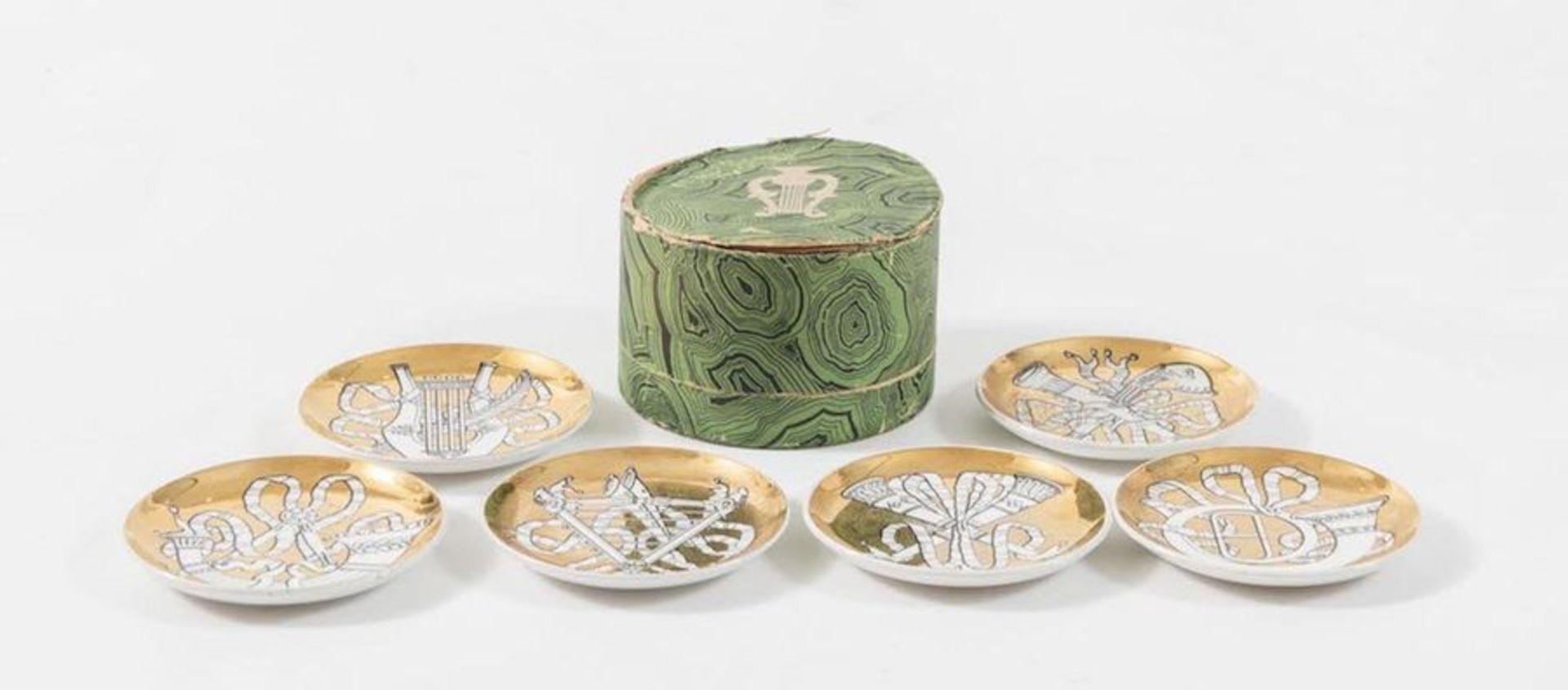 PIERO FORNASETTI Sei piatti in ceramica, dorati, della serie Musicalia; con scatola originale. March - Bild 2 aus 4