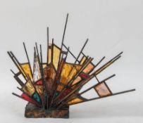 Lampada da tavolo con struttura in bronzo e inserti in vetro colorato. Prod. Italia, 1960 ca. Cm 74x