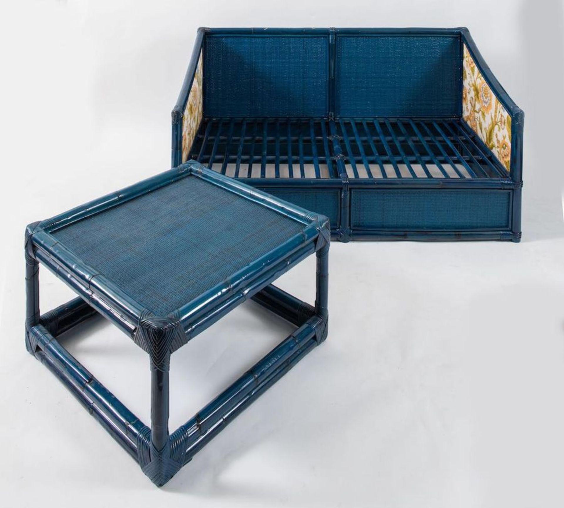 VIVAI DEL SUD Divano a due posti con tavolino da caffè. Prod. Vivai del Sud, Italia, 1970 ca. Divano